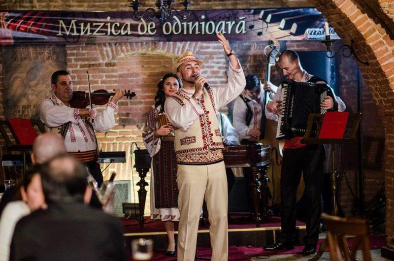 De ziua naţională a costumului popular, Daniel Trifu a dezvăluit frumuseţea portului românesc.