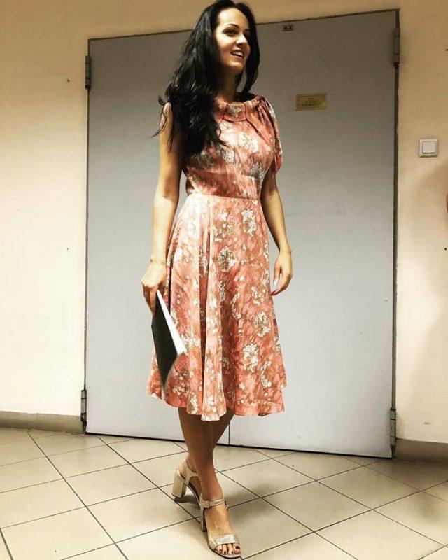 Scriitoarea Simona Muscă, îmbrăcată într-o rochie specială la licență