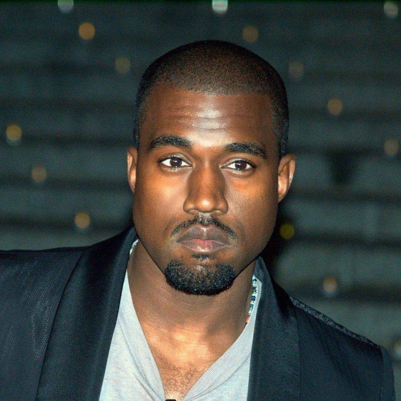 Kanye West vinde haine pentru mers la biserică