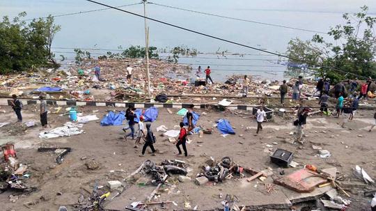 384 de morţi şi sute de răniţi, bilanțul seismului urmat de tsunami din Indonezia
