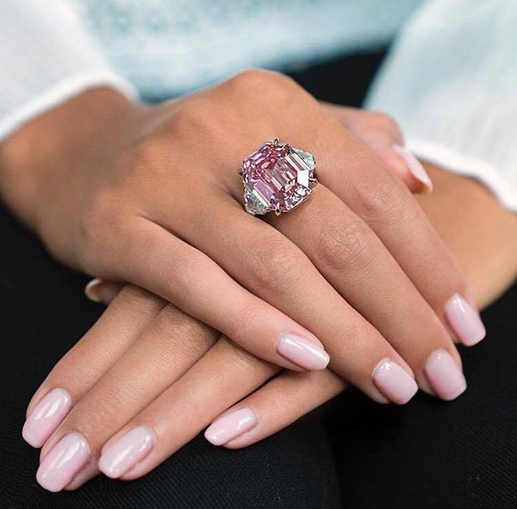 """Diamantul """"Pink Legacy"""", scos la licitaţie la Geneva"""