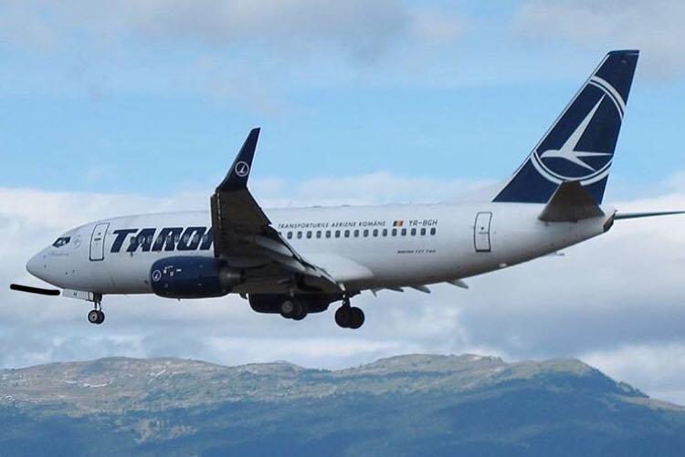 Pasagerii unui avion Tarom, trimiști de urgență la medic
