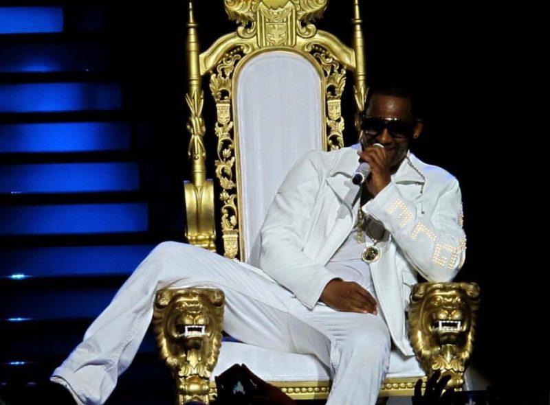 R. Kelly ar fi plătit o minoră să danseze dezbrăcată