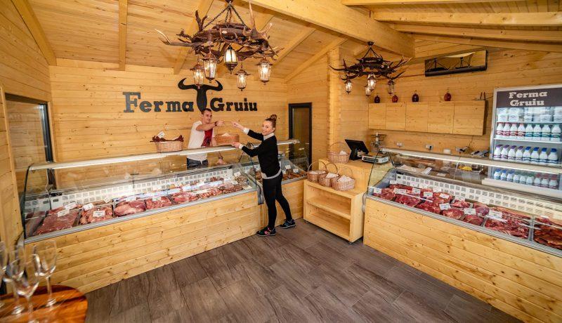 Mezeluri tradiționale și lactate de la Ferma Gruiu, în Piața Domenii