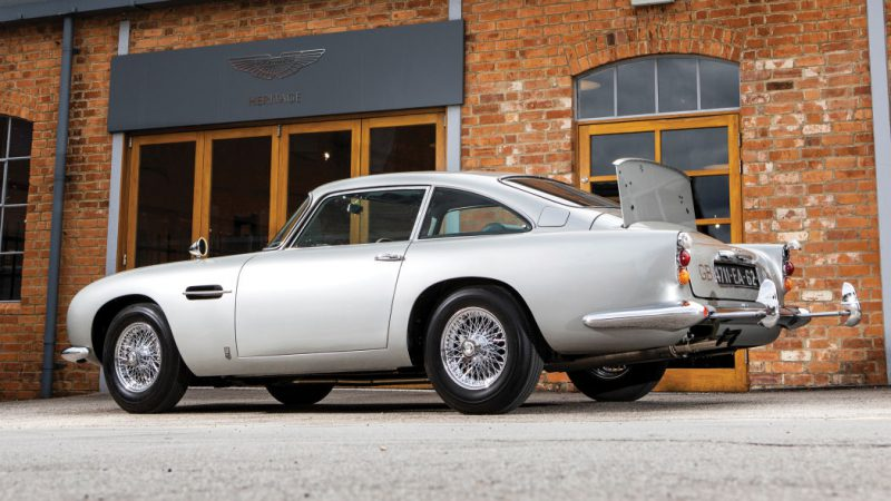 Maşina lui James Bond, scoasă la licitaţie