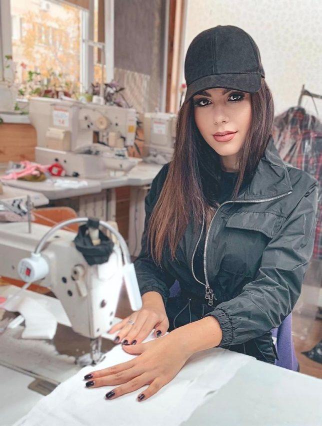 Interviu exclusiv pentru cântăreața Sayra! Cum s-a născut pasiunea pentru designul vestimentar și ce ținută alege pentru sărbători tânăra brunetă?