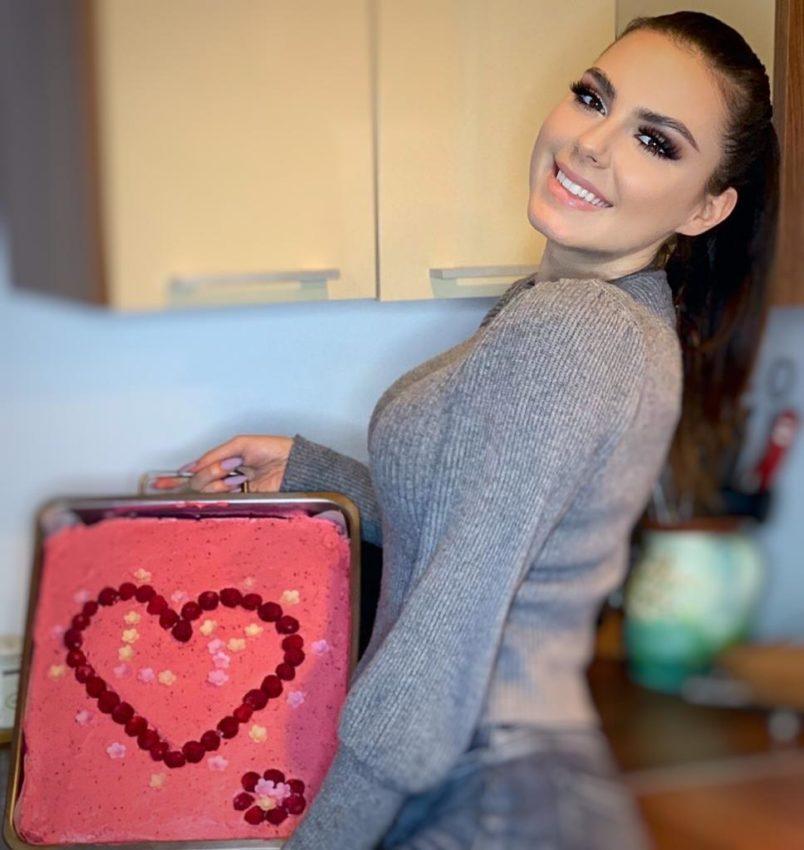 Artista Sayra ne-a pregătit prăjitura ei preferată cu ocazia zilei de Dragobete